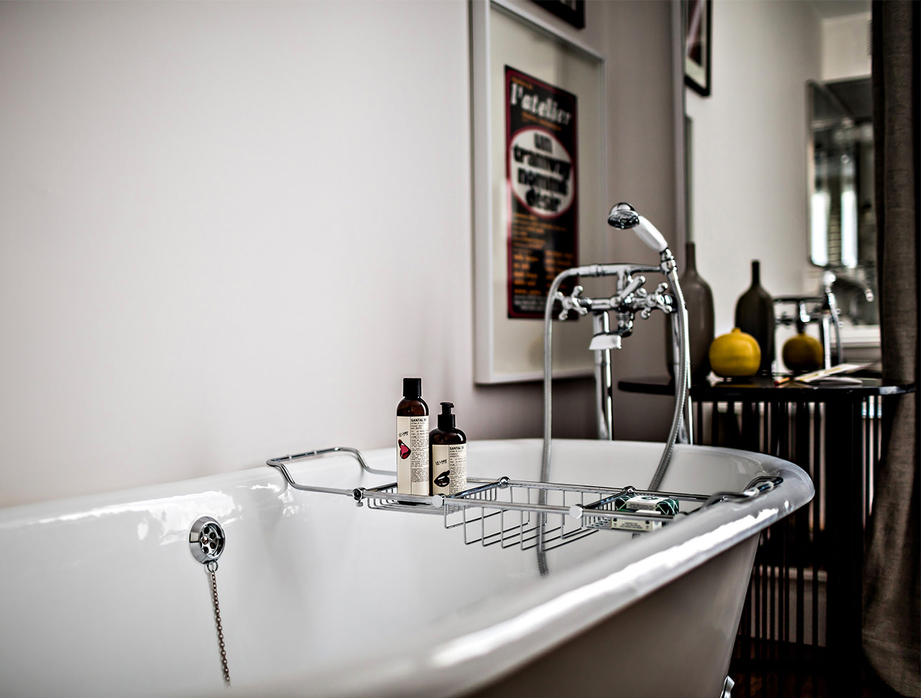 open-plan-bathtub-hotel-room-detail-le-pigalle-paris
